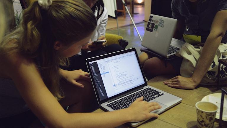 Elin Häggberg lär ut datorn