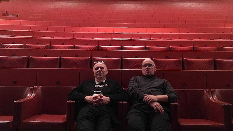 Seriefrämjandets grundare Sture Hegerfors och nyvalde ordförande Thomas Karlsson, festivalgeneral för Örebro seriefestival.