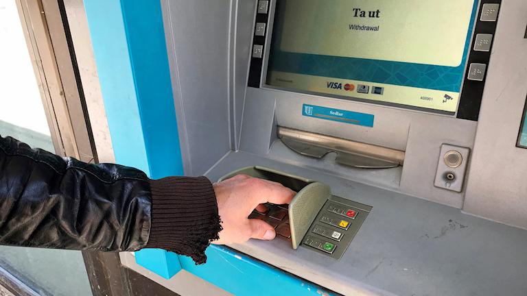 Uttagsautomaterna i länet har blivit allt färre. Störst är minskningen i Örebro kommun.