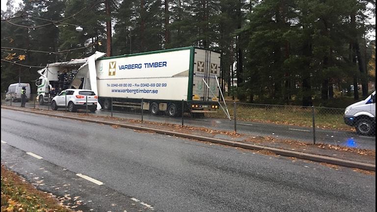 Lastbil skadad efter brokrock vid Mosås