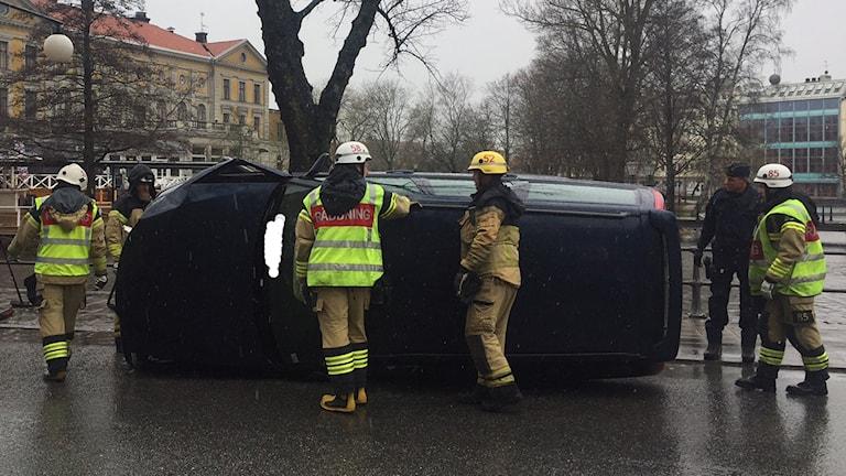 En bil krockade med ett träd på Södra strandgatan i Örebro.