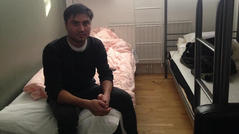 Ali i sitt rum på vandrarhemmet