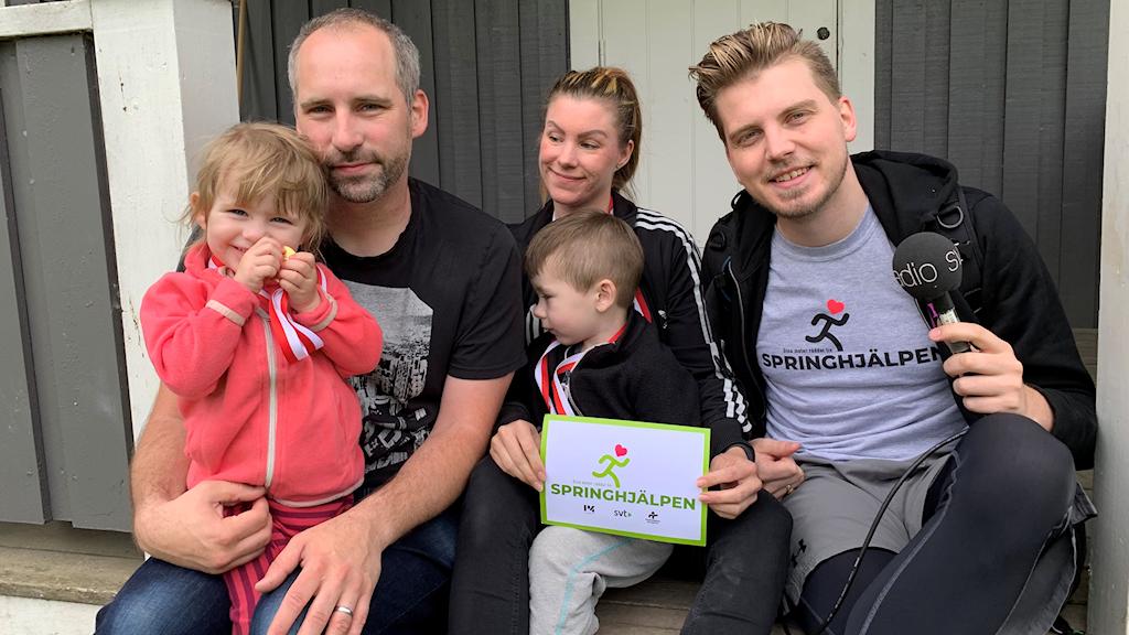 Vilton Vera sprang i Fjugesta, här är hela familjen De Besche med programledare Nick Strömgren.