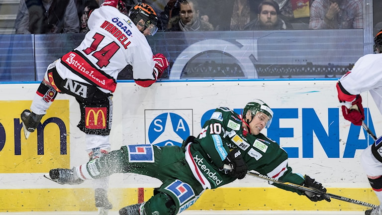 Örebros Tom Wandell och Frölundas Sean Bergenheim i kamp om pucken.