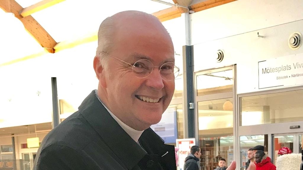 Biskop Johan Dalman på besök i Vivalla i Örebro under fredagen.