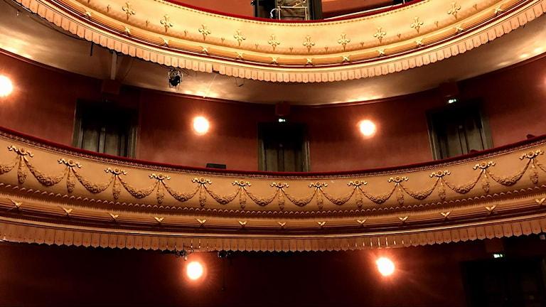 Här inne på Länsteatern sker samspelet mellan radio teater och politik.