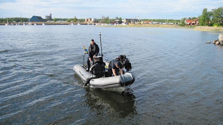 Försvarets röjdykare har lokaliserat ammunitionen på Tisarens botten. Foto: Lars Ekelöf/Sveriges Radio.