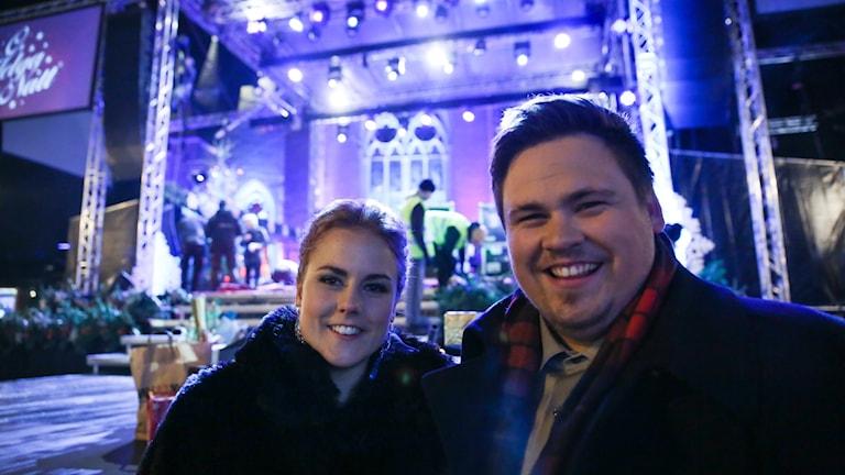Amanda Ekberg och Linus Andersson framför O, Helga Natt-scenen.