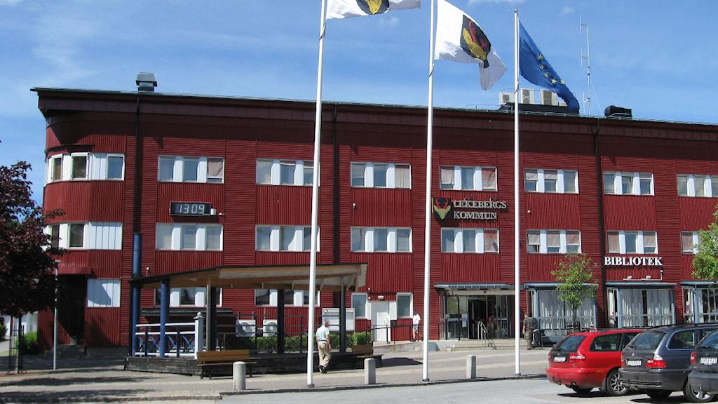 En koaltion av borgerliga partier styr Lekebergs kommun, Centern har ordförandeposten i kommunstyrelsen. Kommunhuset i Lekeberg. Foto: Karwan Tahir/SR Örebro