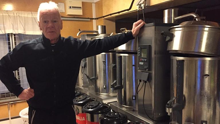 Ivan Stenberg vid de stora kaffemaskinerna.