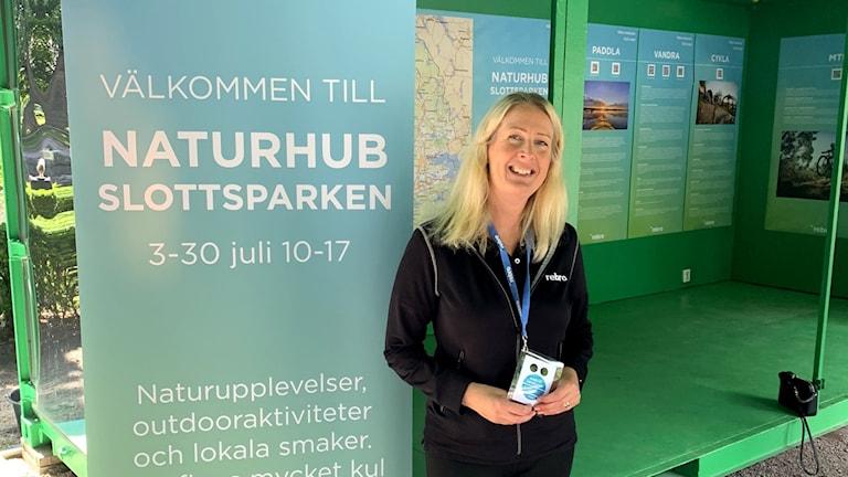 Jenny Blåder, projektsutvecklare på Örebrokompaniet, framför naturhub.