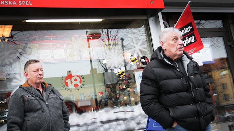 Glenn (t.v.) och Bosse utanför en spelbutik i Kumla.