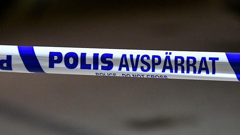 Ett polisavspärrningsband har satts upp på platsen.