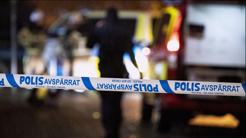 Polisen förhör nu de skadade männen och vittnen på plats.