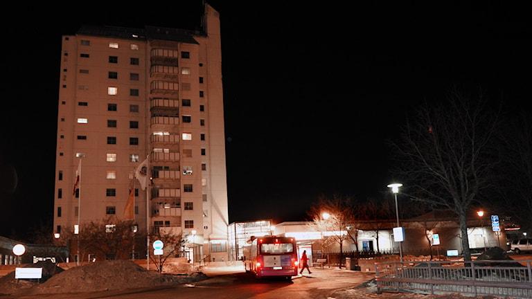 Två män sköts i benen vid en skottlossning i Vivalla centrum. Foto: Conny Sillén/Scanpix.