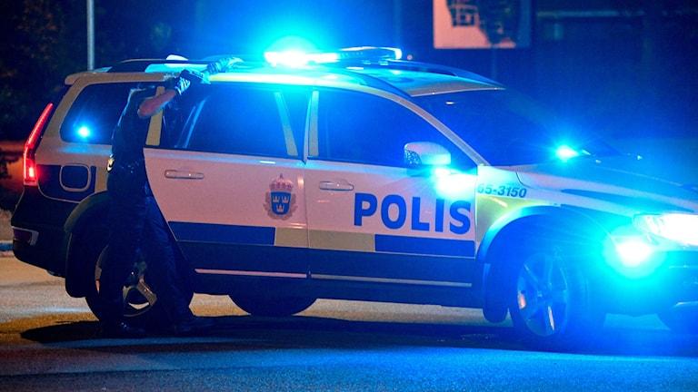 Polisen förde kvinnan till sjukhus för vidare undersökning.