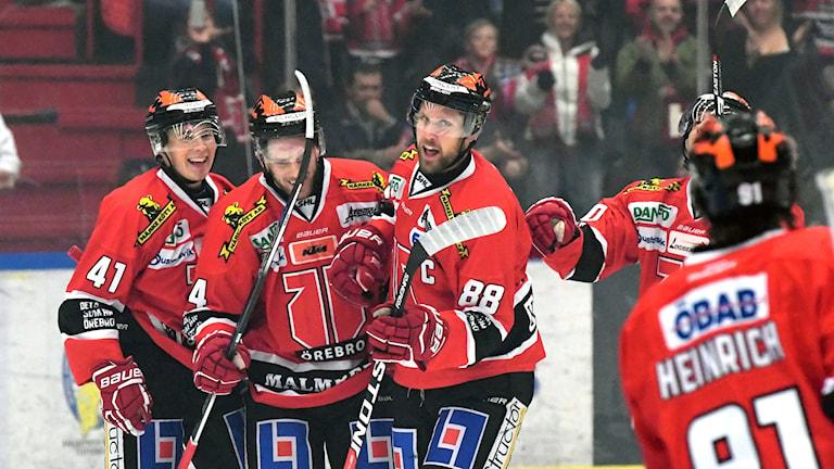 Bilden visar spelarna i Örebro hockey.