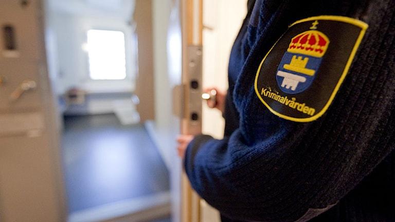 Häktespersonal som öppnar dörr till en cell. Foto: Adam Ihse/Scanpix.