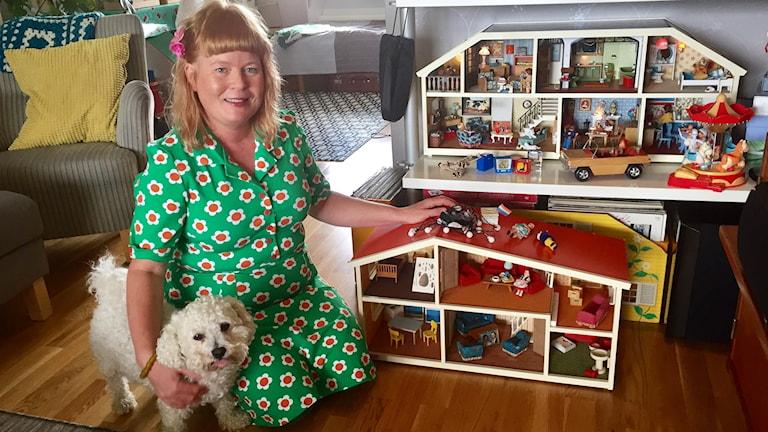 Maria Friberg med hund och två av dockskåpen.