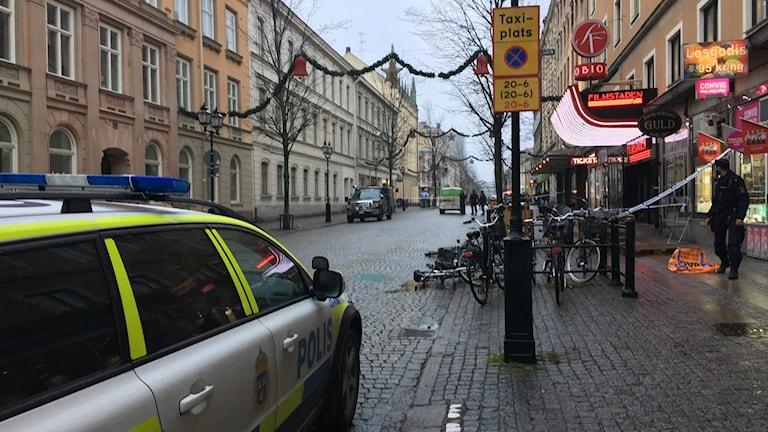 Bild på gatan där polisen har spärrat av gatan utanför butiken.