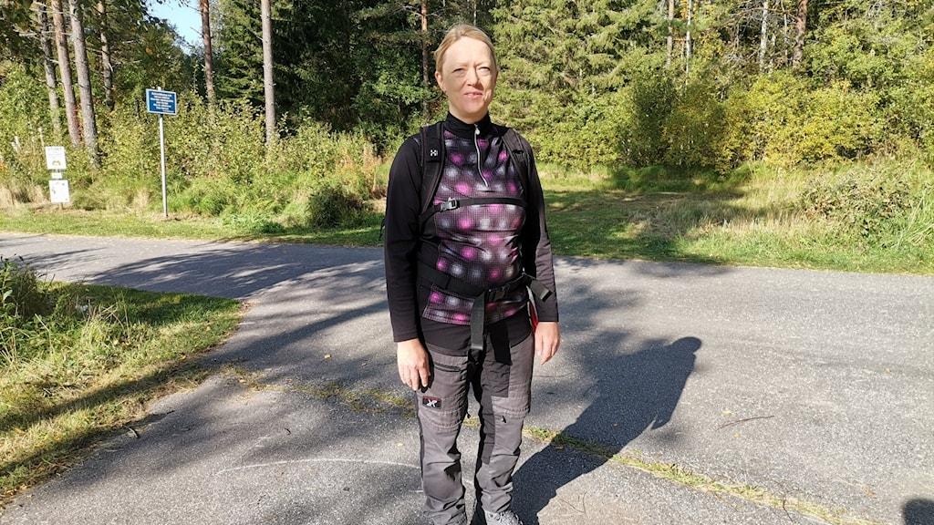 Vandrande kvinna i Ånnaboda i solsken