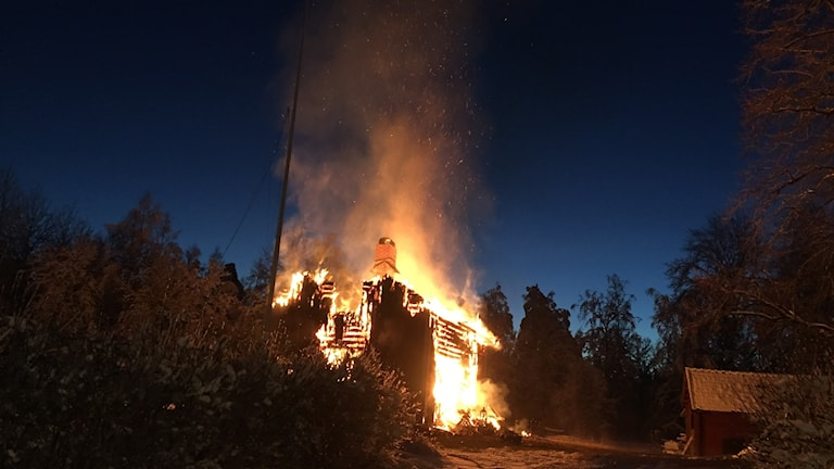 Villa totalförstörd i brand.