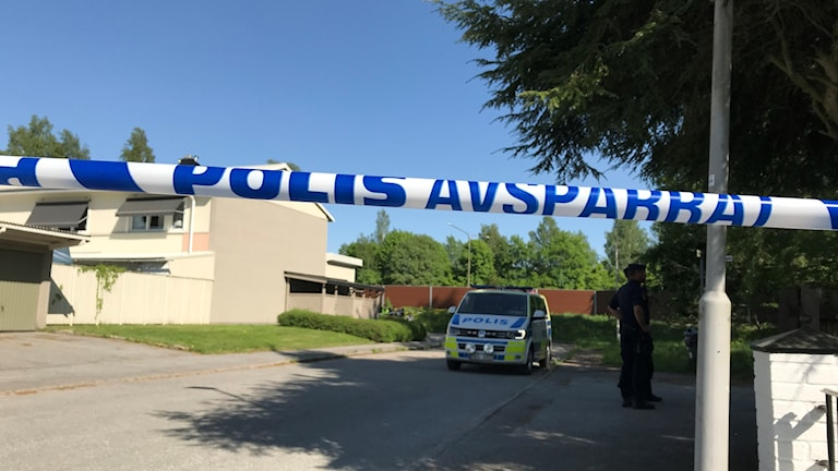 Polisen har spärrat av området runt skogspartiet där kroppen hittades.