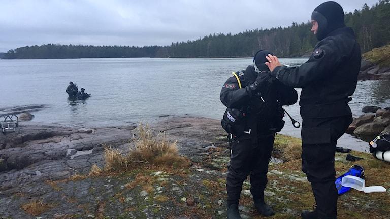 Pappa hjälper Rasmus på med dykarutrustningen.