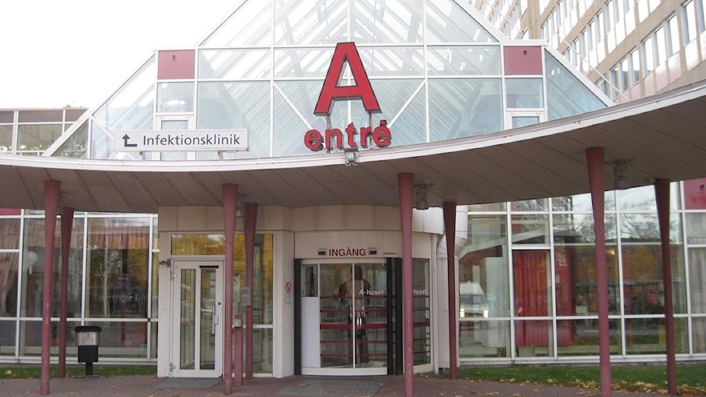 Entrén till A-huset på Universitetssjukhuset i Örebro. Foto: Åsa Björnerbäck/Sveriges Radio