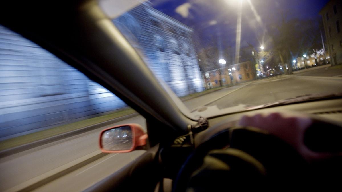 Interiör av bil i nattlig stadsmiljö