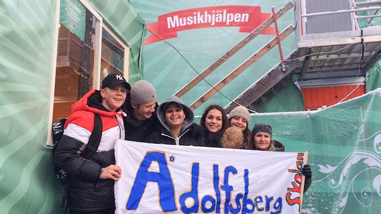 Elever från Adolfsbergsskolan anlände till Musikhjälpens bur redan på måndagen.
