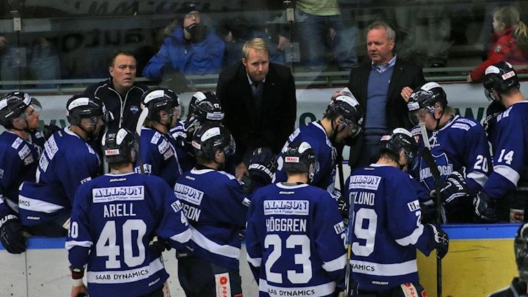 Lenny Eriksson i Karlskogabåset instruerar sina spelare.Arkivbild: Sveriges Radio.