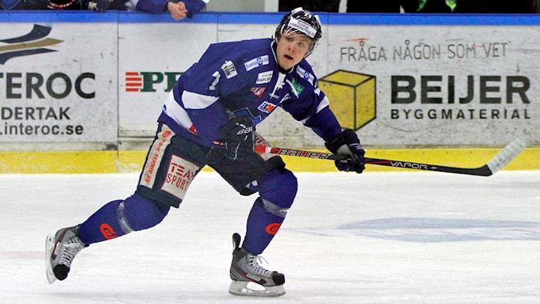 Carl Berglund reducerade till 3-1 för BIK Karlskoga i slutet av andra perioden. Arkivbild:Valdemar Andersson/SR Örebro.