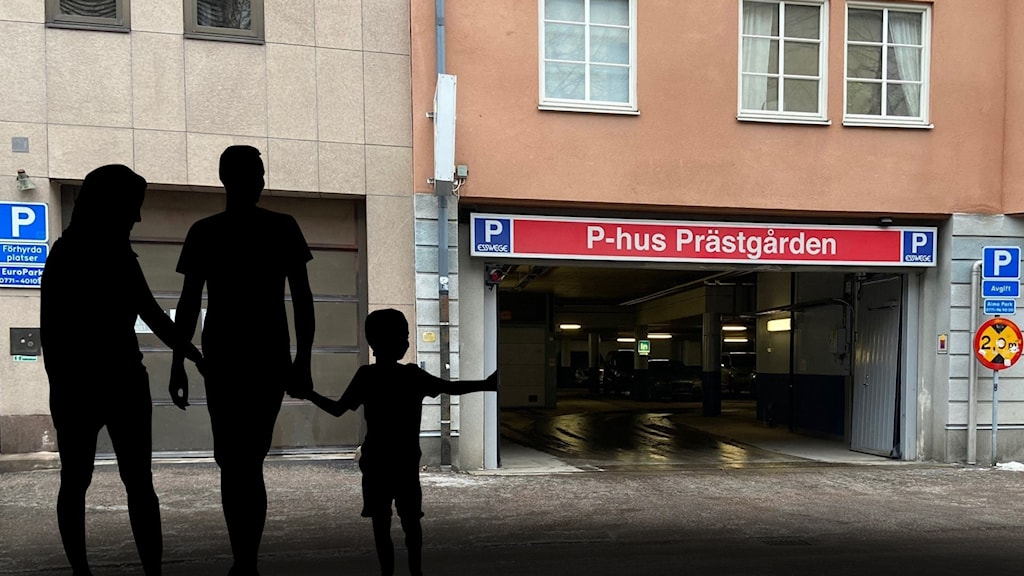 Siluett av familj mot parkeringshus.