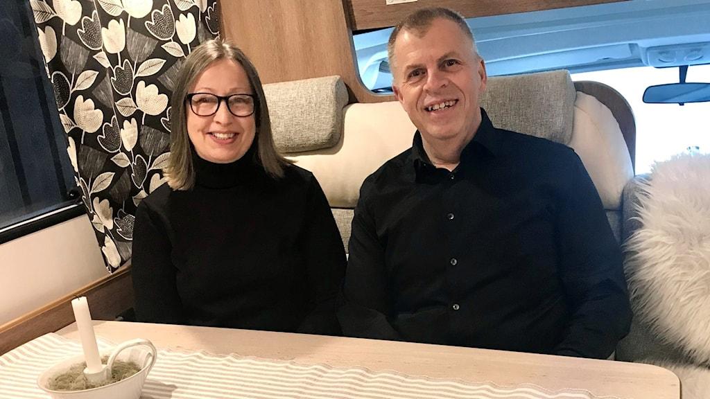 Carina Ekroos och Håkan Söderman i Fjugesta gillar husbilslivet.