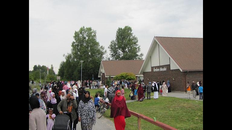 Muslimer samlas till firande av Eid i Örebro moské. Foto: Pontus Kinnander/P4 Örebro.