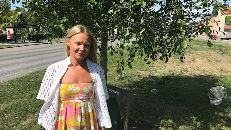 Karin Andersson Parkingenjör på Örebro kommun vid ett Populus simonii träd