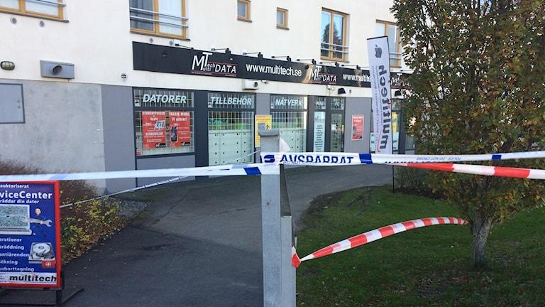 Avspärrning vid IT butiken vid Örebro Universitet
