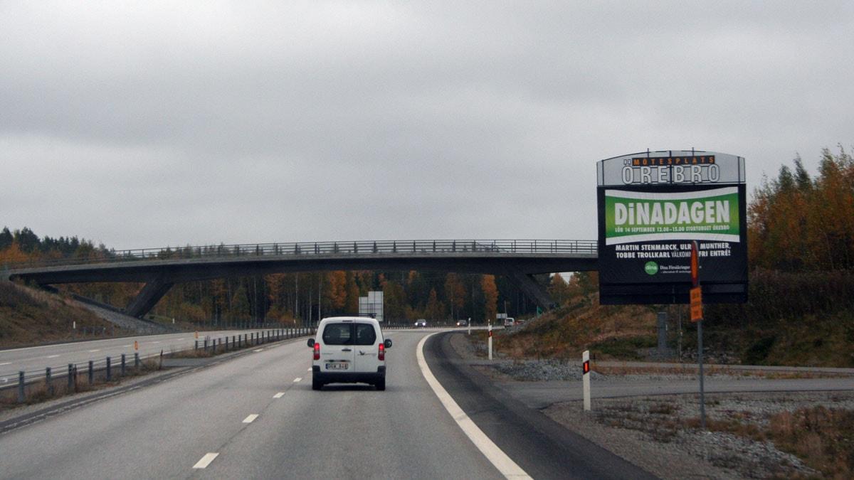 Infartsskyltarna in mot Örebro är eftersatta och ny är nya påväg. Foto: Mari Haglund P4 Örebro.