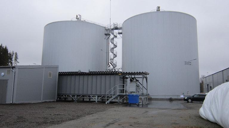 I två stora rötkamrar så visas det biologiska materialet i 40 dagar, där producerar den biogas som sen kan användas till bla drivmedel. Foto:Marie Hansson/Sveriges Radio Örebro.