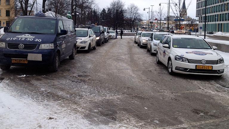 Taxibilar vid resecentrum i Örebro. Arkivbild: Sveriges Radio.