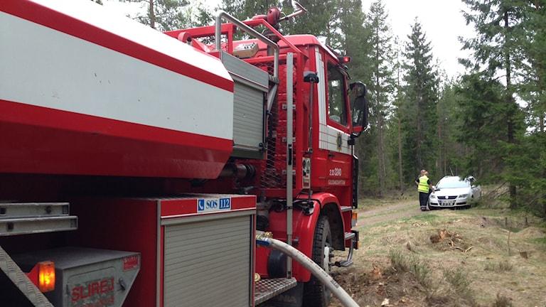 Brandbil vid skogsbranden norr om Lindesberg.
