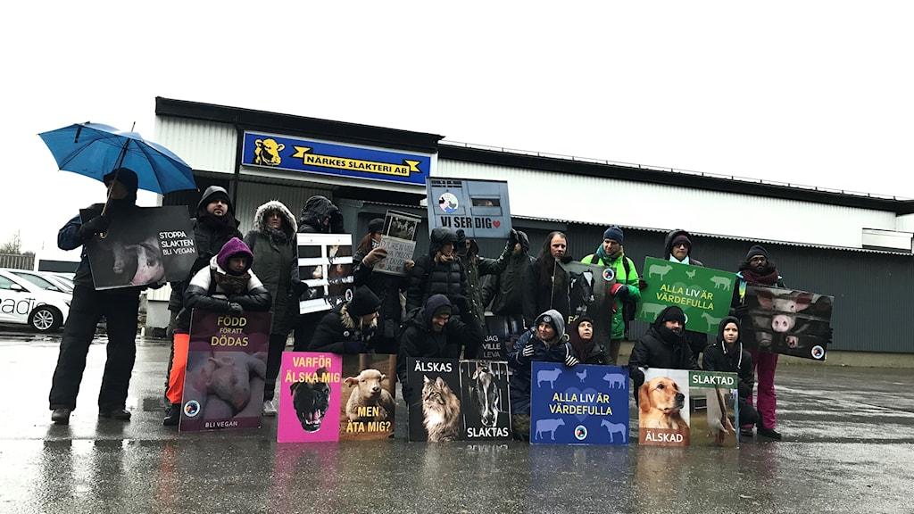 Djurrättsaktivister utanför slakteri