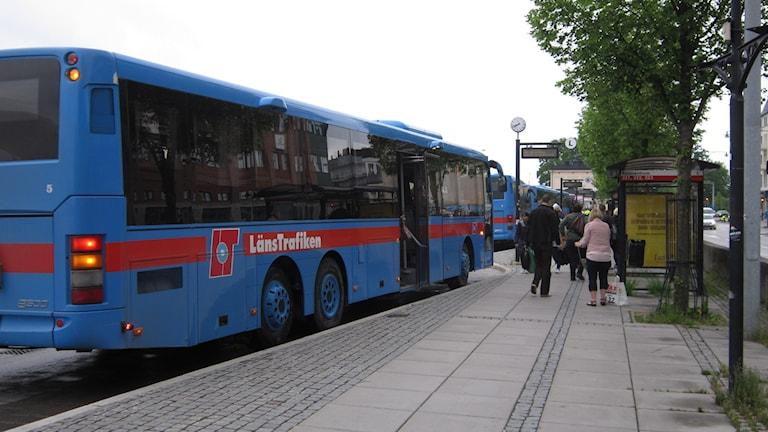 Många länsbor busspendlar i länet. Foto: Marie Hansson/Sveriges Radio.