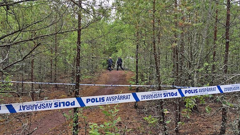 Polisen undersöker ett område runt Kvarntorp. Foto:Gabriel Stenström/SR Örebro.