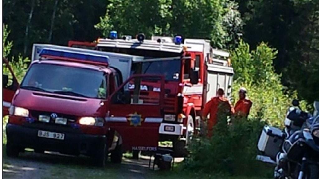 Brandbilar vid skogsbranden i Herrvik utanför Hasselfors. Foto: Anette Särnholm