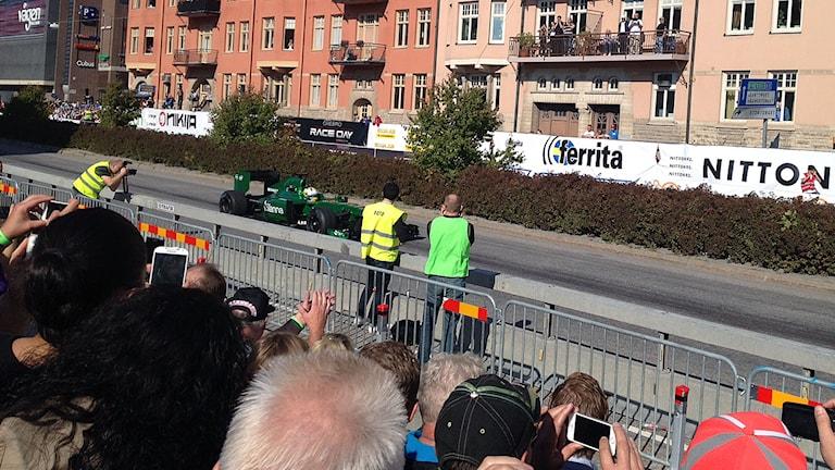 Marcus Ericsson kör Formel 1 mitt i centrala Örebro.