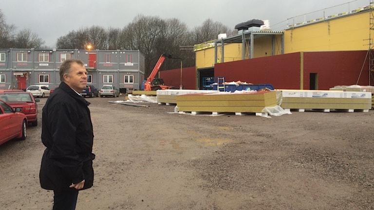 åkan Söderman, M har följt bygget vid Hidinge skola från starten. Foto: Marie Hansson/Sveriges Radio.