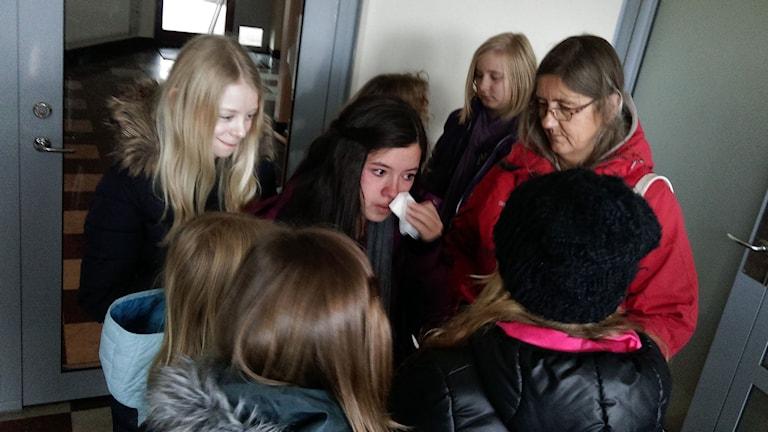 Maria i mitten bland kamrater på Sörbyängsskolan i Örebro