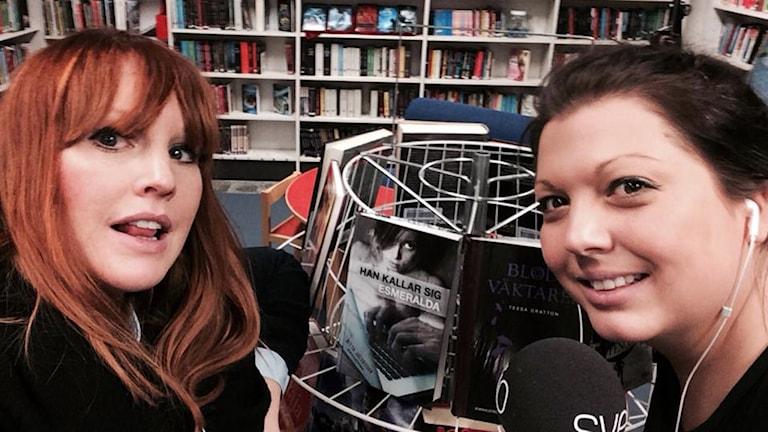 Lina Lund och Madde Klippel finns bland böckerna på Laxå biblioteket.